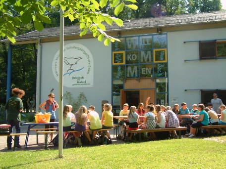 Schulklasse erlebt einen Projekttag vor dem Naturpark-Haus in Leutenberg